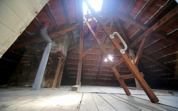 Der Dachboden bietet Stauraum.